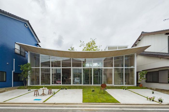 Оригинальный стеклянный фасад позволяет организовать естественное освещение в течение дня («Sannouno», Япония). | Фото: djournal.com.ua.