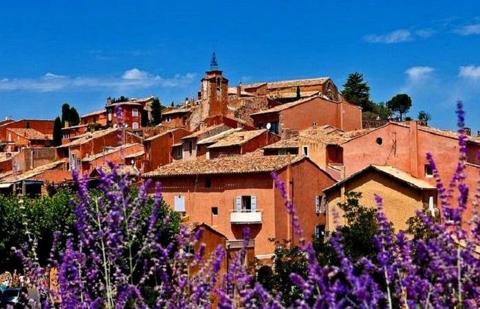 Все дома города имеют цвет охры (Roussillon).