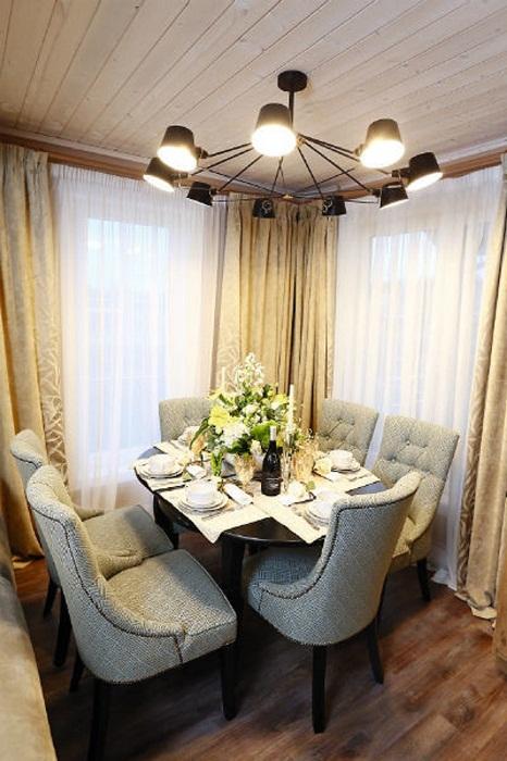 Шторы в гостиной загородной резиденции были куплены в Париже за 200 тысяч рублей.