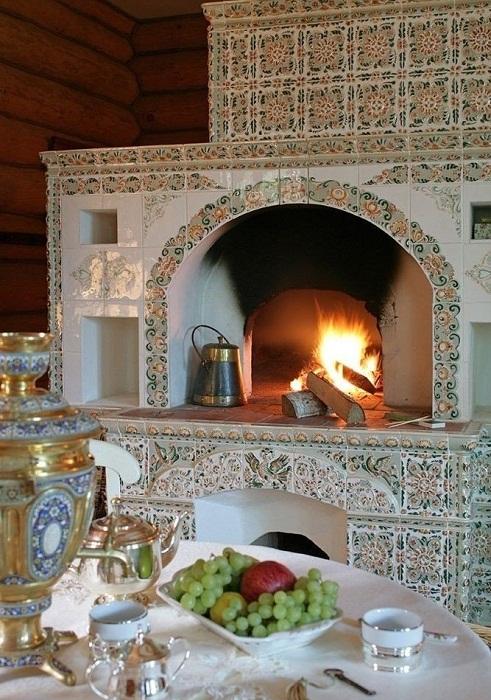 Печка в стиле «русский терем», оформленная современной керамической плиткой.