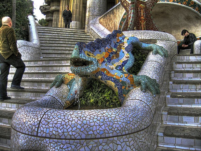 Саламандра и фантастические фигуры, выложенные в с использованием техники тренкадис (Parc Guell).