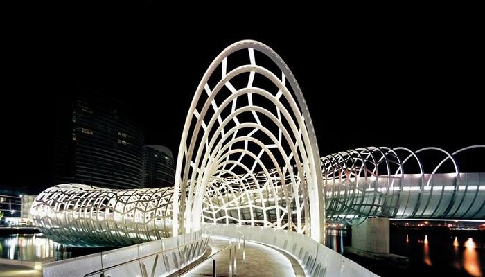 Змеевидный мост в Мельбурне соединил новый район со старой частью города (Webb Bridge, Австралия). | Фото: qwizz.ru.