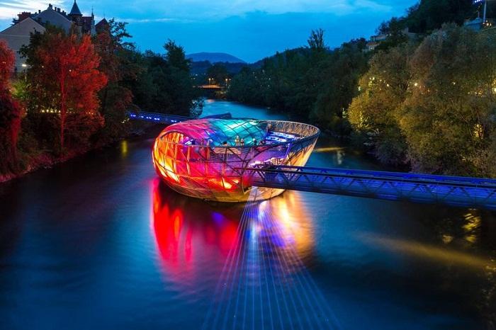 Ночная иллюминация моста Муринзель (Murinsel, Австрия).  | Фото: qwizz.ru.