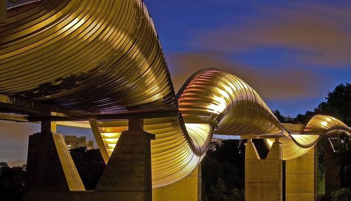 Мост «Волны Хендерсона» своей конструкцией напоминает огромную змею (Сингапур). | Фото: qwizz.ru.