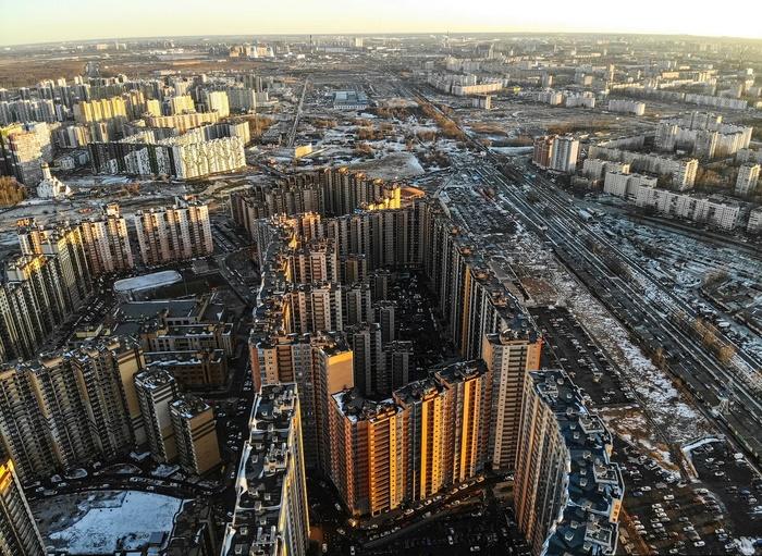 В деревне Кудрово построили гигантский жилой дом, в котором 3708 квартир и 29 нежилых помещений. | Фото: pikabu.ru.