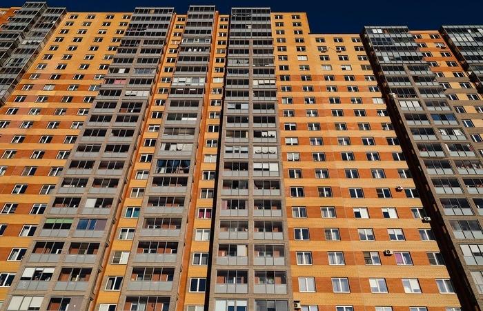 Жильцам этих квартир повезло больше, они видят солнце, которое не очень-то и балует питерцев (Кудрово, ул. Областная, дом №1). | Фото: pikabu.ru.