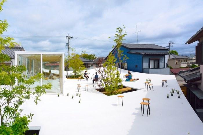 Для того, чтобы проводить встречи или поработать в плохую погоду на крыше, создали небольшую застекленную зону («Sannouno», Япония). | Фото: studiovelocity.jp.