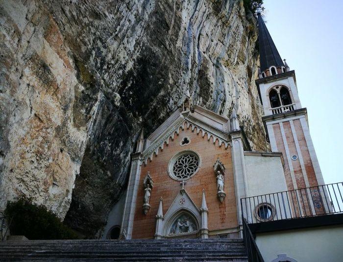 Согласно летописям первую церковь было построено в XVI веке (Santuario Madonna della Corona). | Фото: veneto360.land.