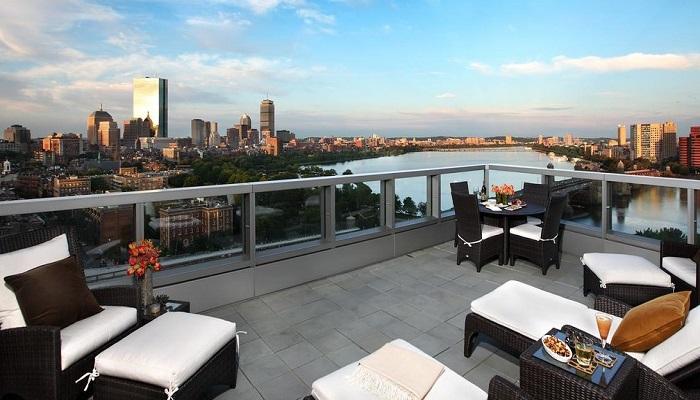 Невероятным видом из скай-бара на открытой террасе могут любоваться и постояльцы отеля, все посетители обычного питейного заведения («Liberty», Бостон).   Фото: nashiusa.com.