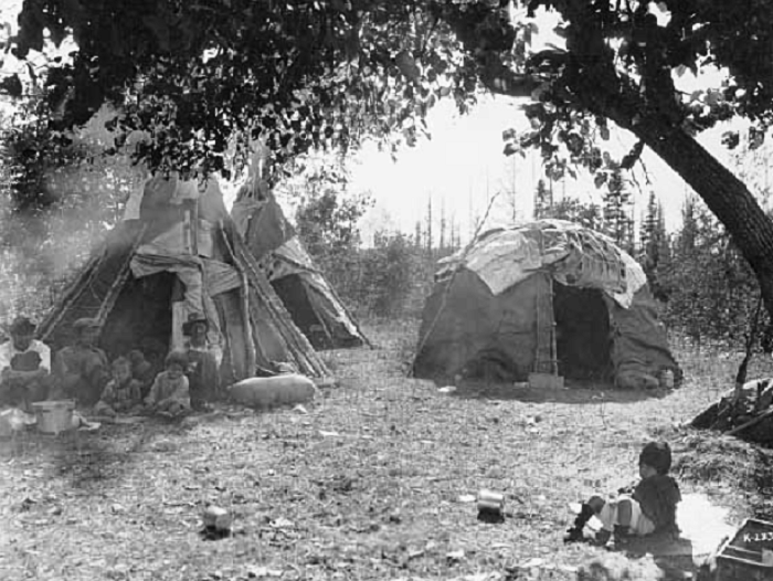 Различные формы вигвамов оджибве (1928 г.). | Фото: stoneagestudent.wordpress.com.