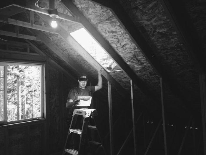 Шон сделал дополнительные окна, чтобы помещение было светлее.
