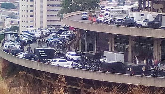 Теперь вместо машин состоятельных людей на каждом ярусе паркуются автобусы и патрульные машины, доставляющие арестованных демонстрантов («El Helicoide», Каракас). | Фото: 800noticias.com.