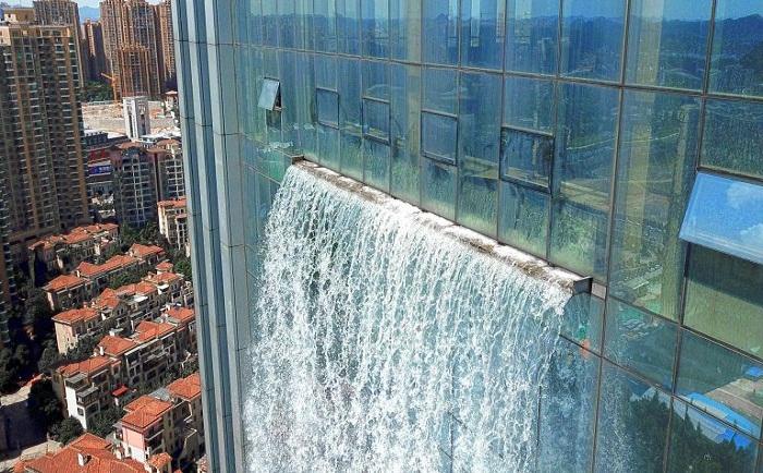 Вода с огромной скоростью устремляется вниз.