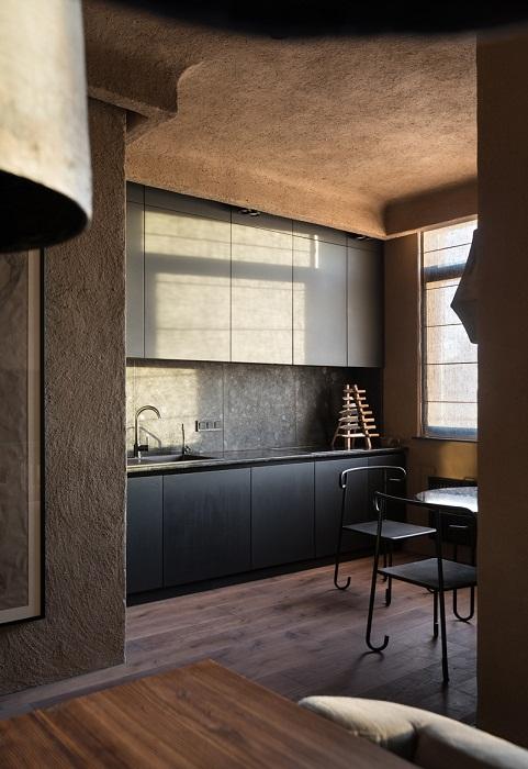 Интерьер кухни выполнен в темных матовых тонах (Wabi Sabi Apartment).