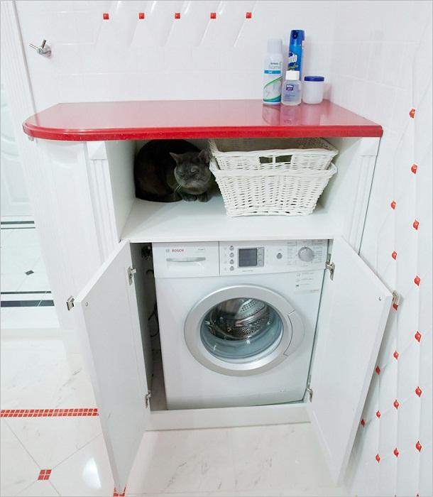 Шкаф для для машинки можно сделать невысокий, с полочкой и столешницей.