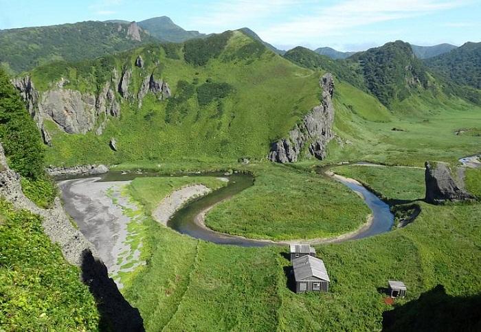 Уединенная хижина для охотников на острове Уруп (Курильские острова, Россия).