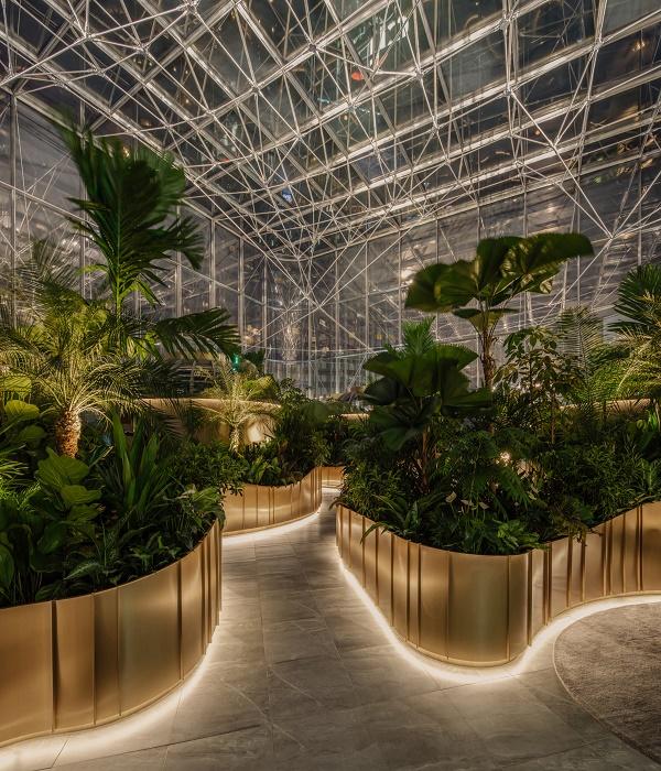 «Аллеи» между контейнеров с растениями подсвечиваются Led-лентами (Citibank Singapore). | Фото: dezeen.com.