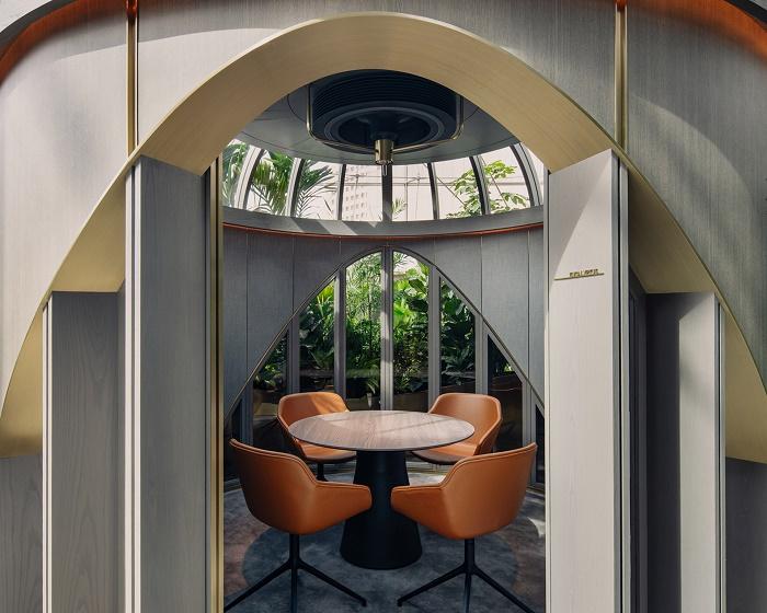 При конфиденциальных переговорах звуконепроницаемые двери и ставни можно закрыть (Citi Wealth Hub, Сингапур). | Фото: interior.ru.