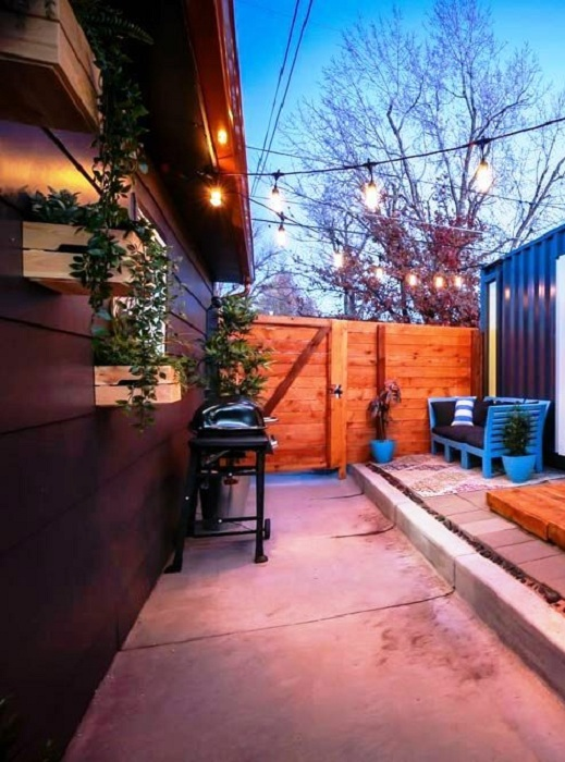 Большие ящики с цветами повесили на соседский забор. | Фото: tinyliving.com.