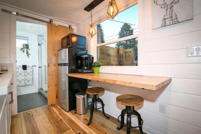 Вместо обеденного стола установили откидную барную стойку. | Фото: tinyliving.com.