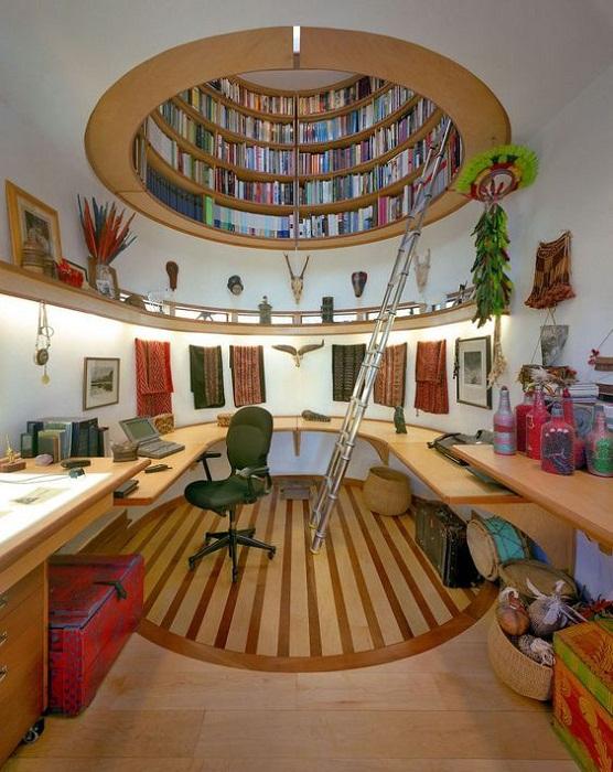Оригинальное решение размещения книг для нестандартного помещения.