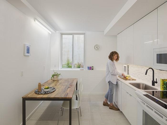 В цокольном помещении разместили полноценную кухню (Tiny Tower, Филадельфия). | Фото: is-architects.com.