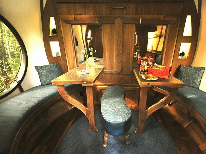 Гостиная в отеле Free Spirit Spheres (Канада)