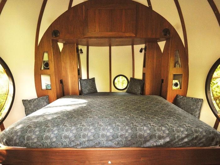 Спальня в гостиничном номере сферической формы (отель Free Spirit Spheres Канада).