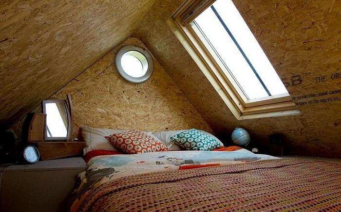 Уютная спальня на втором этаже маленького дома.