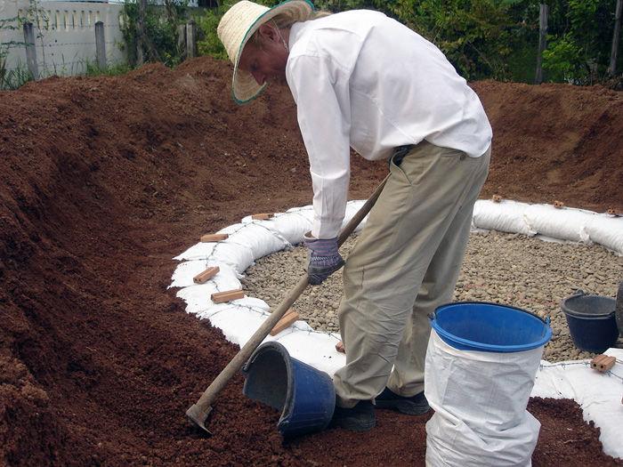 Таким способом легко наполнять мешки почвосмесью.