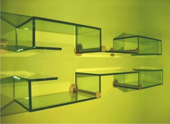 Фантастической формы стеклянная полка со светодиодными элементами.