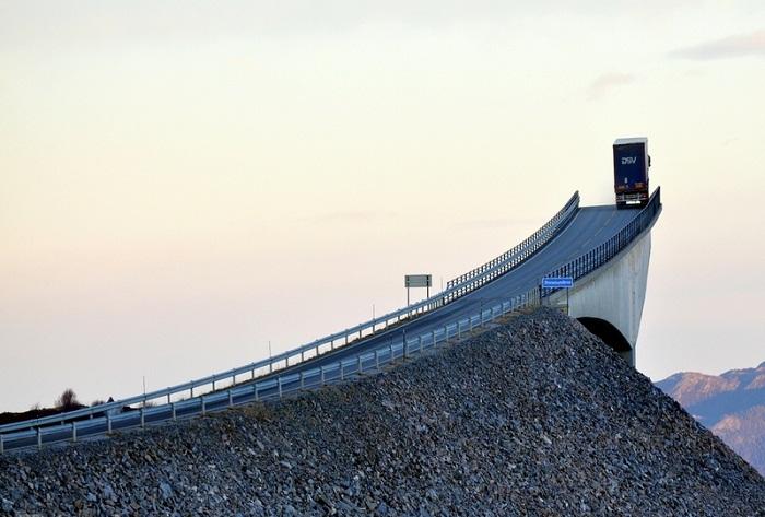 Storseisundet – самый экстремальный мост Норвегии. | Фото: travel.ru.