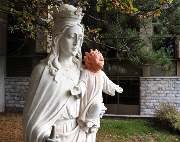 В таком обличье младенец Иисус вызывал лишь ужас и негодование. | Фото: buzzfeed.com.