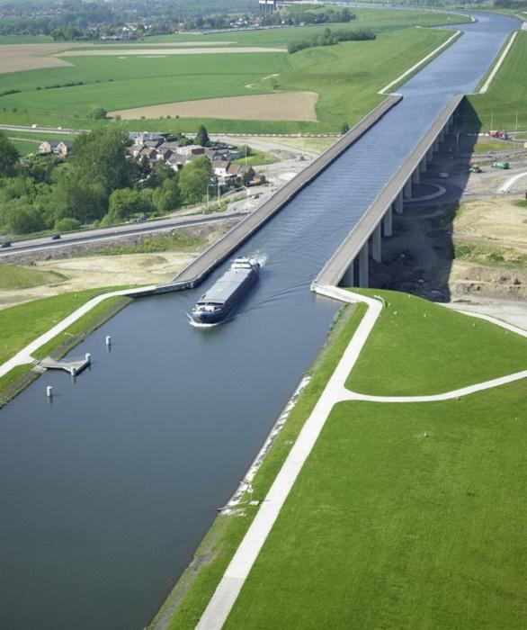 Le pont–canal du Sart – впечатляющий объект, позволивший судам проходить над транспортной развязкой (Бельгия).   Фото: simpleandinteresting.wordpress.com.