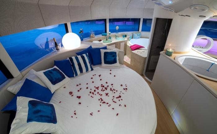 В однокаютном плавучем номере зона сна определена роскошной кроватью («Anthenea»). | Фото: magazine.bellesdemeures.com.