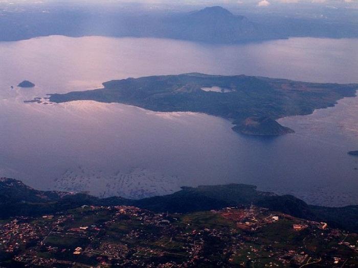 Филиппинский остров Пойнт в озере.