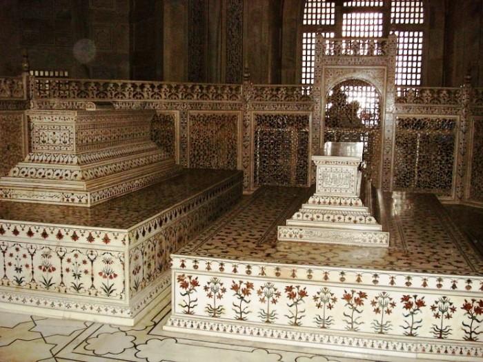 Два символических мраморных надгробия установлены в центральном зале мавзолея (Тадж-Махал, Индия). | Фото: interestingengineering.com.