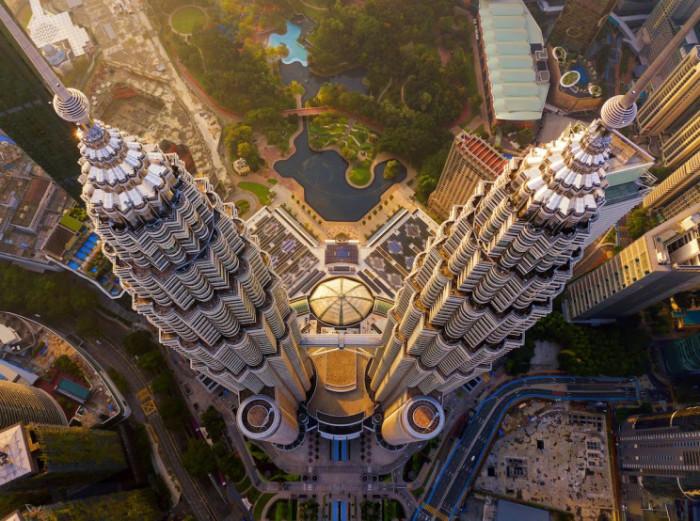 Для того, чтобы башни-близнецы стояли основательно на мягкой земле, пришлось углублять сваи на 100 метров. | Фото: interestingengineering.com.