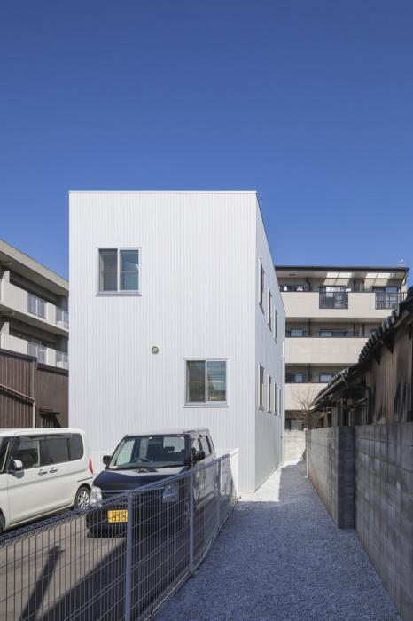 Сразу и не догадаешься, что небольшой двухэтажный дом прячет за фасадом целых 13 уровней-платформ (The Miyamoto, Япония). | Фото: djournal.com.ua.