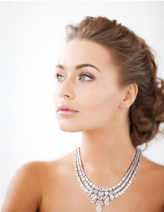 Модницам удастся примерить и даже пощеголять в бриллиантовом колье более чем за 1,2 млн дол. | Фото: hushhush.com.