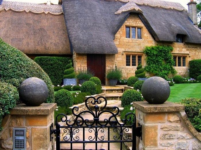 С фантазией хозяева стараются оформить двор, придавая невероятные формы кустарникам, используя всевозможные каменные украшения и кованные изделия.