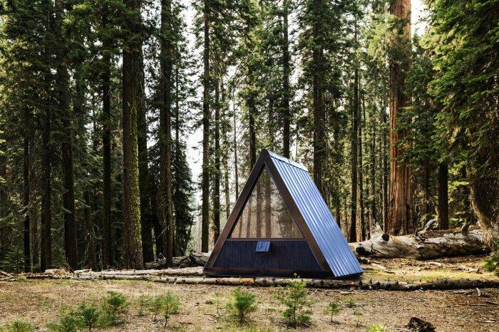 Для «растворения» мобильной хижины в природном ландшафте дизайнеры Bivvi Camp выбрали черный цвет фасада (Bivvi Cabin). | Фото: autoevolution.com.