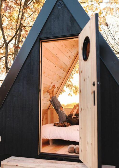 В конструкции домика преобладают природные материалы (Bivvi Cabin). | Фото: newatlas.com.