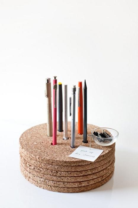 Элементарная держательница для карандашей и ручек из пробкового дерева.