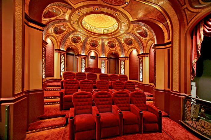 Для театралов-любителей был создан особенный домашний кинозал (дизайн Тео Каломиракиса). | Фото: pkinozal.ru.