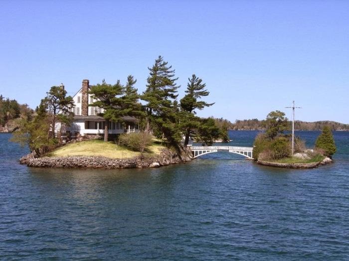 2 острова принадлежат одному владельцу, который основал между ними мост (Архипелаг «Тысяча островов»). | Фото: tourweek.ru.