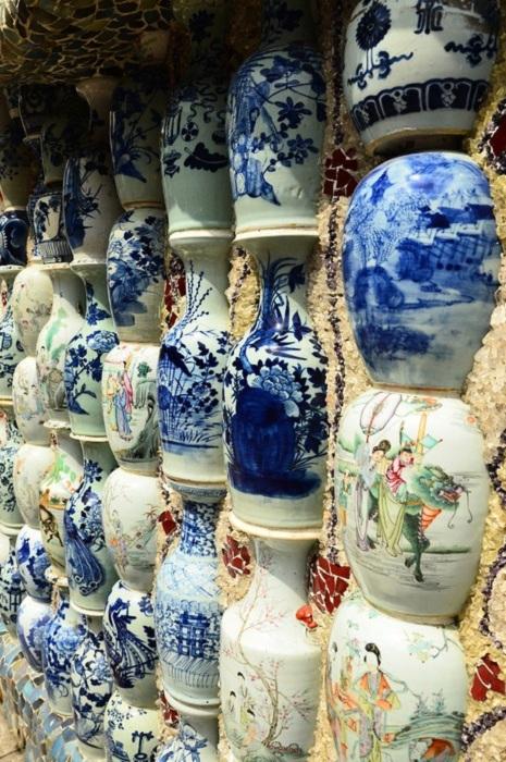 Некоторые элементы декора сделаны из антикварных фарфоровых ваз (China Porcelain House).