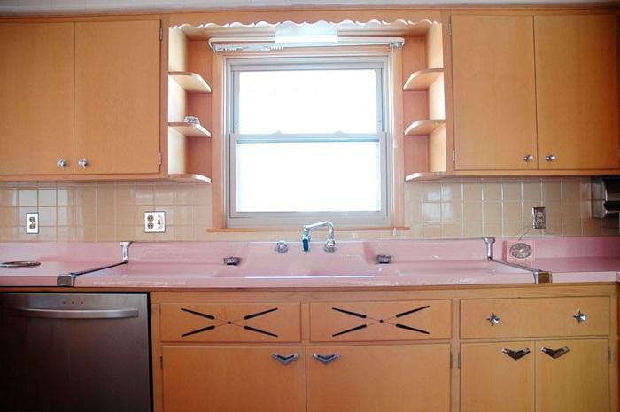 Роскошная кухня, оформленная в розовом тоне, которой по загадочным причинам никто не пользовался более 50 лет. | Фото: boligmagasinet.dk.