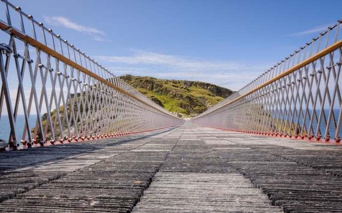 На создание пешеходной поверхности моста ушло 40 тыс. пластин сланца добытого в Delabole (Корнуолл, Великобритания). | Фото: newatlas.com.