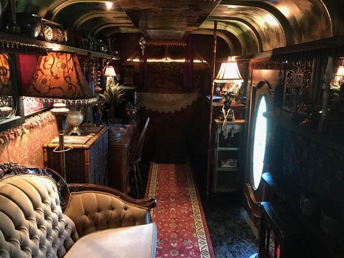 Роскошный антикварный диван украшает гостиную домика на колесах («Цыганский дом»).